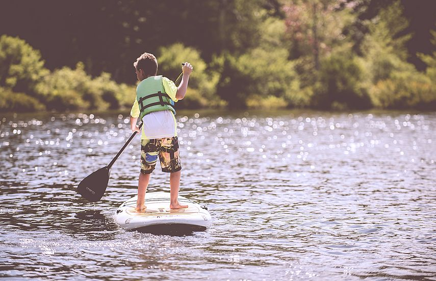 Junge beim Stand-Up-Paddling